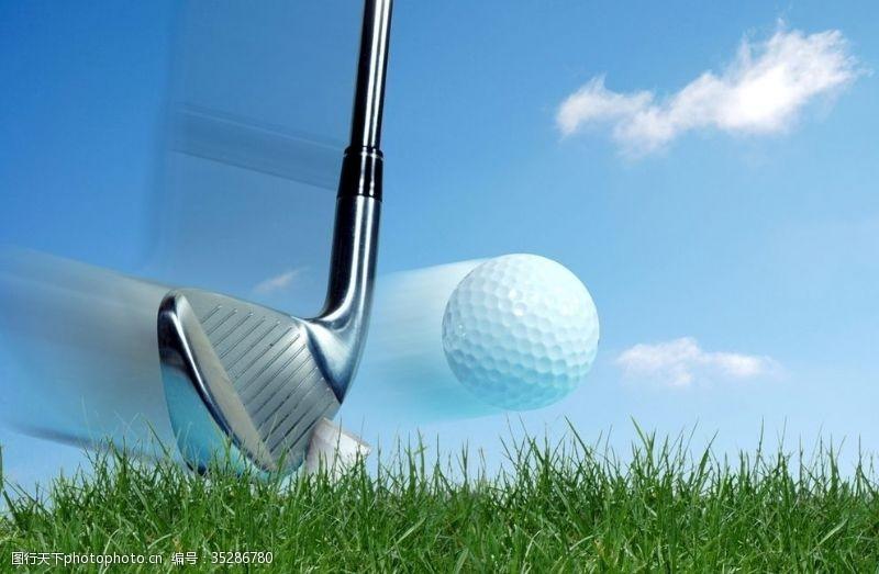 挥杆打高尔夫球