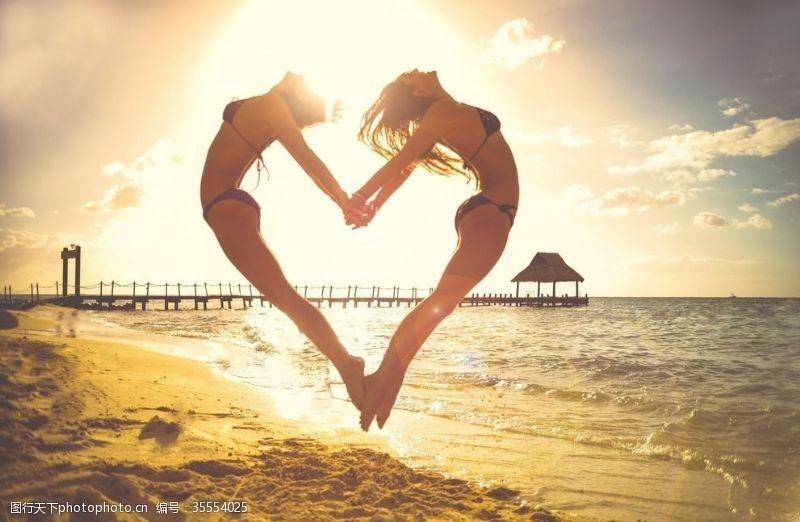 阳光美女海滩上的浪漫心形