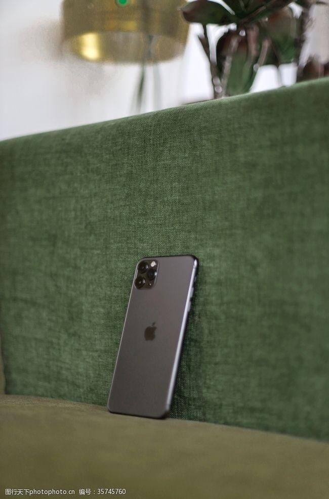 苹果iphone沙发上的iPhone11手机