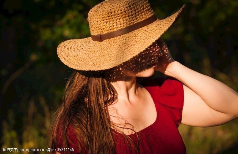 阳光美女阳光下戴帽子的红衣美女