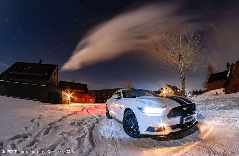 夜晚雪地上的福特野马汽车