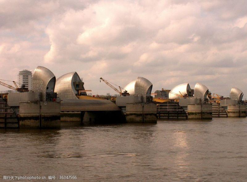 伦敦的泰晤士河屏障避免洪水
