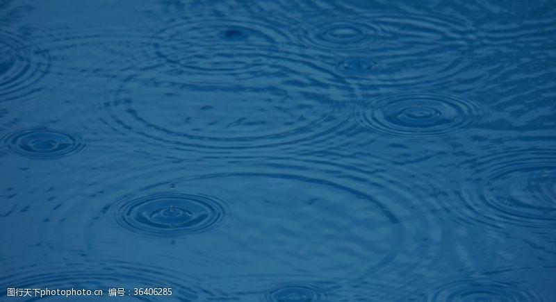 水面背景蓝色雨滴