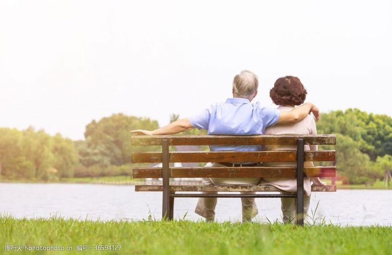 敬老愛幼恩愛老人背影長椅
