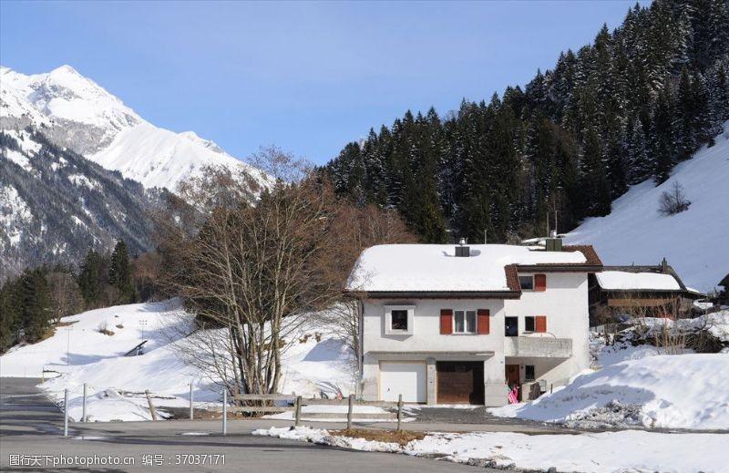 瑞士旅游瑞士阿尔卑斯铁力市雪山脚下