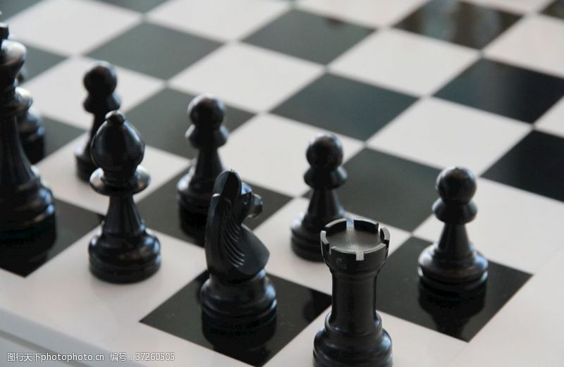 对弈黑色精美的国际象棋