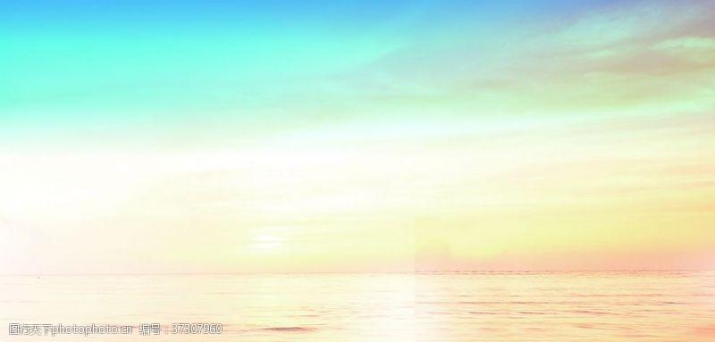 蓝天夕阳水面背景