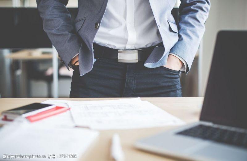 商务人士工作台面站着的白领
