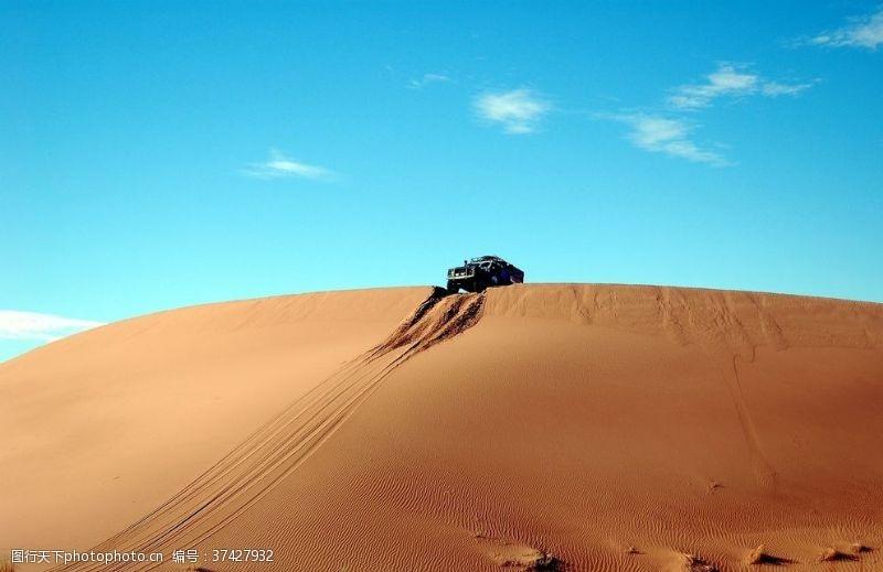 车印沙漠中的汽车
