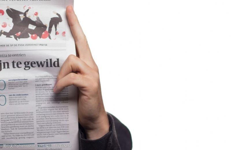 商务人士读报