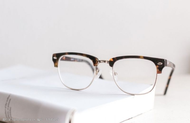 镜架书和眼镜