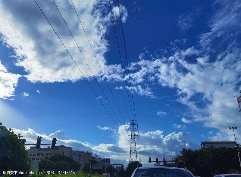 蓝天白云与红旗