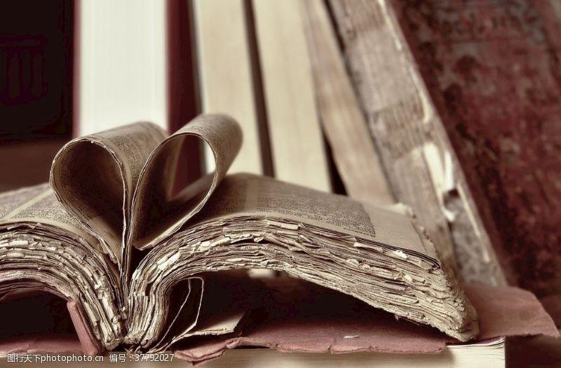 古老的破碎书