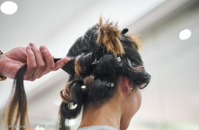 女人发辫扎头发美发