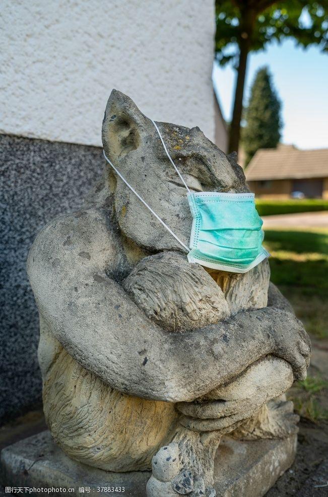 国外旅游创意带口罩的雕塑