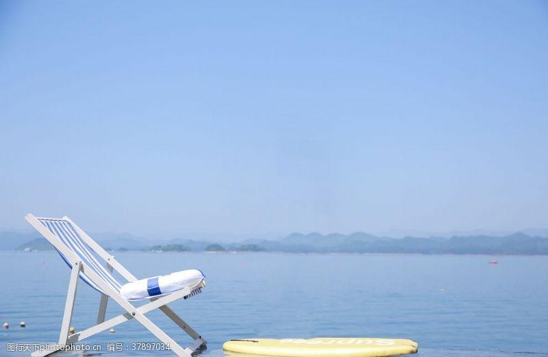 清澈的水海边椅子