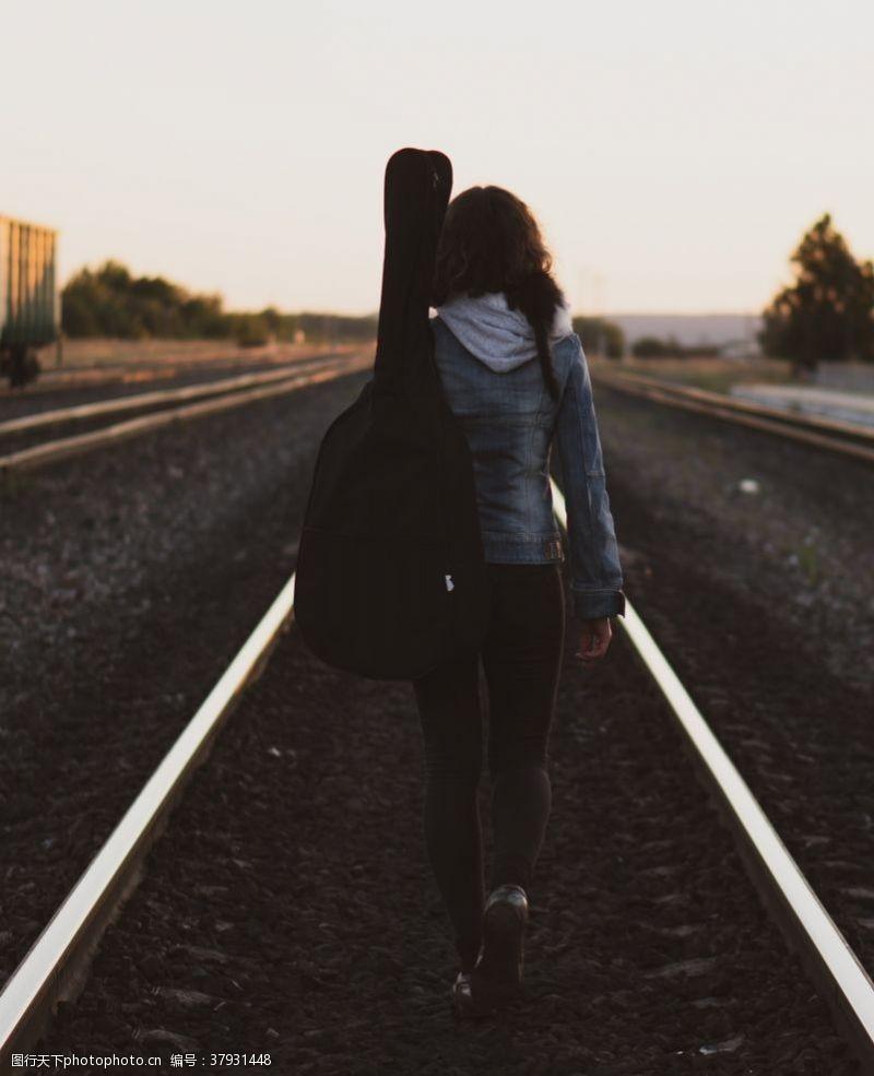 人物图库背吉他的女孩