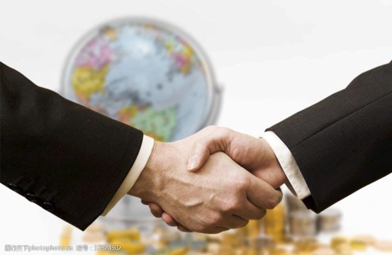 商务团队握手达成协议
