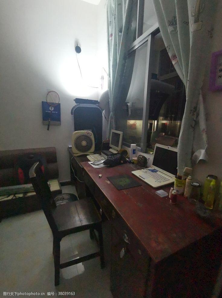 电脑房靠窗户的书桌电脑桌桌子
