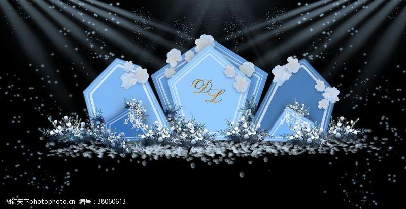 多边形设计蓝色婚礼合影区设计