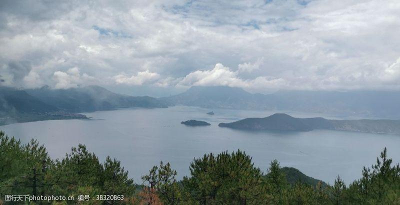 清澈泸沽湖