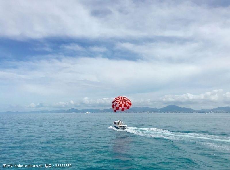 浪花海上红色拖曳伞