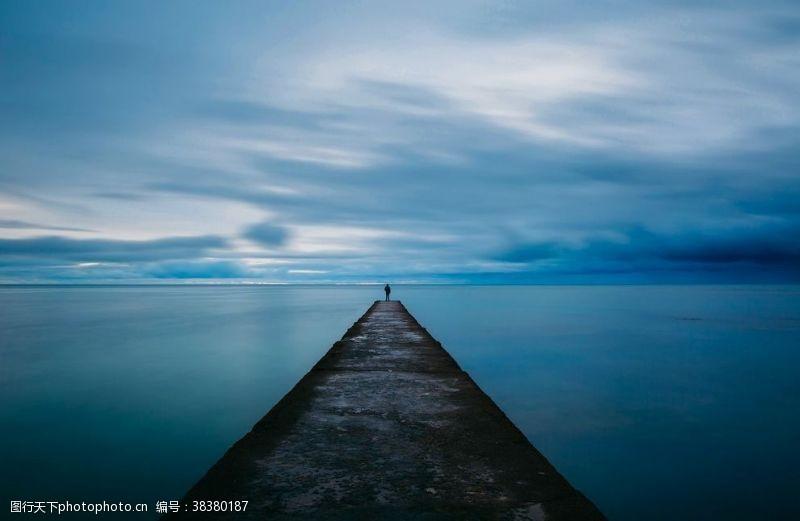 独处蓝天白云海洋码头