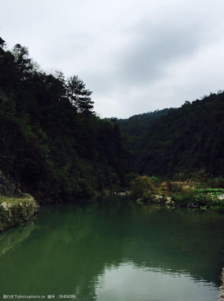 小溪绿水青山
