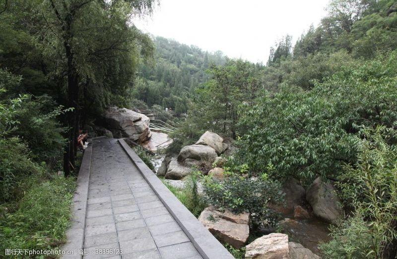 游人卢崖瀑布风景区内景