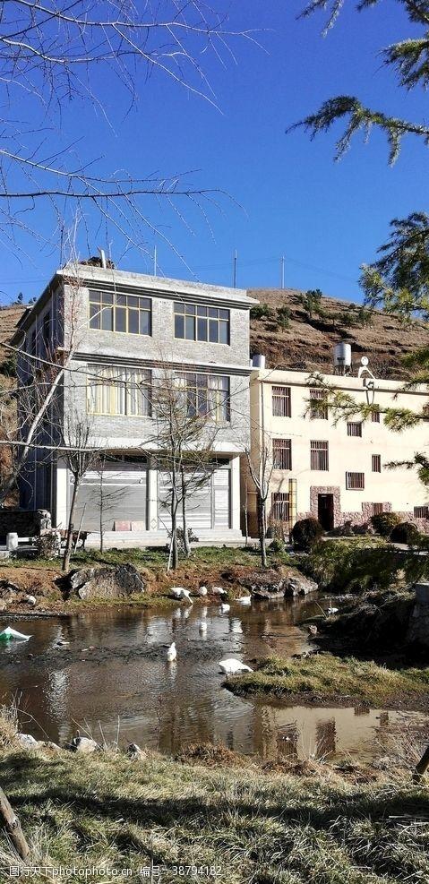 村子溪边大楼建筑