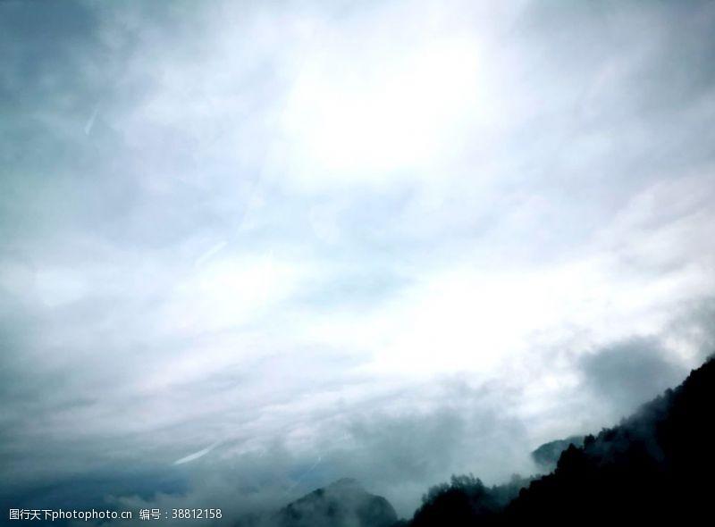 快线 云雾缭绕的山图片