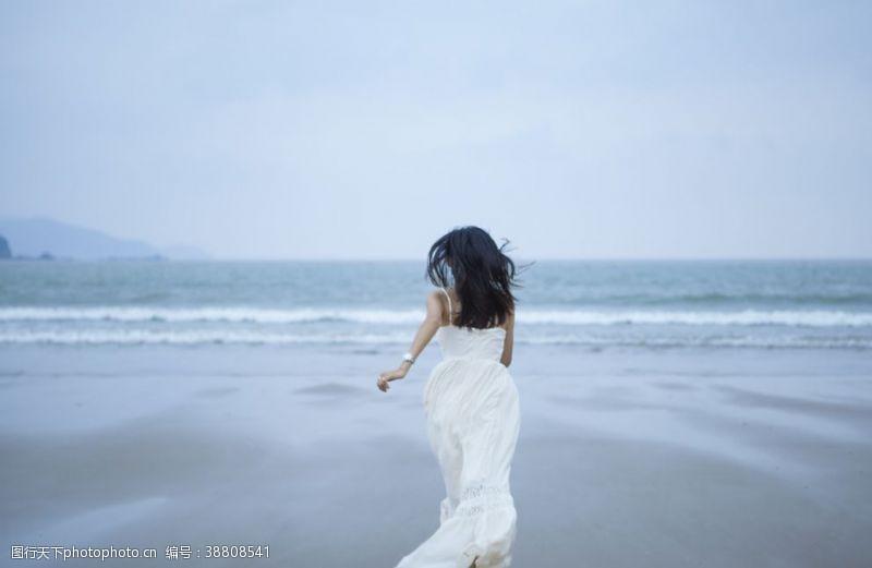 人物图片素材 海边奔跑的女人图片