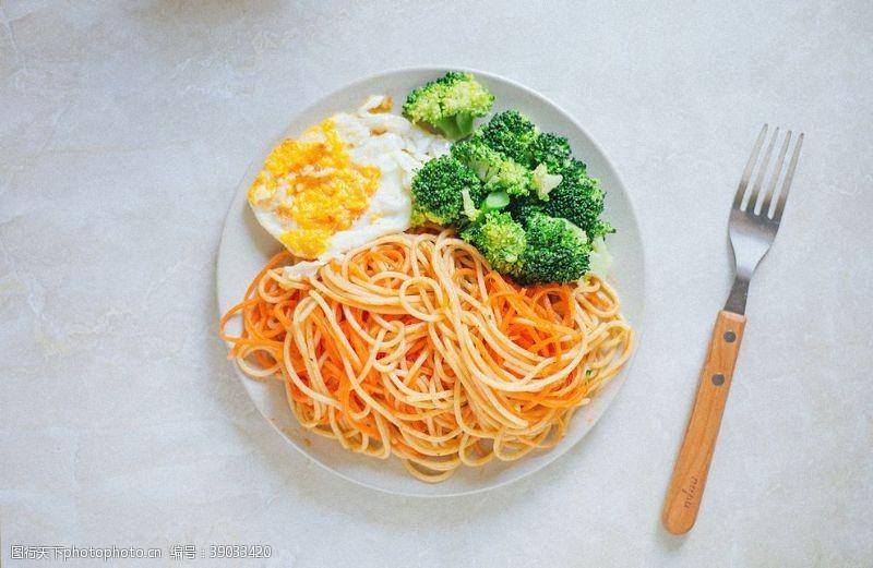 传统美食 鸡蛋蔬菜面条图片