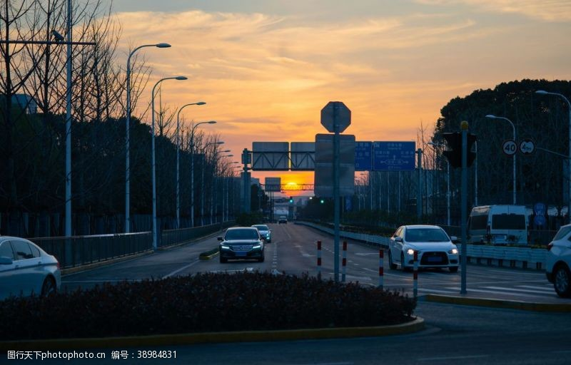 城市交通 夕阳下的街道图片