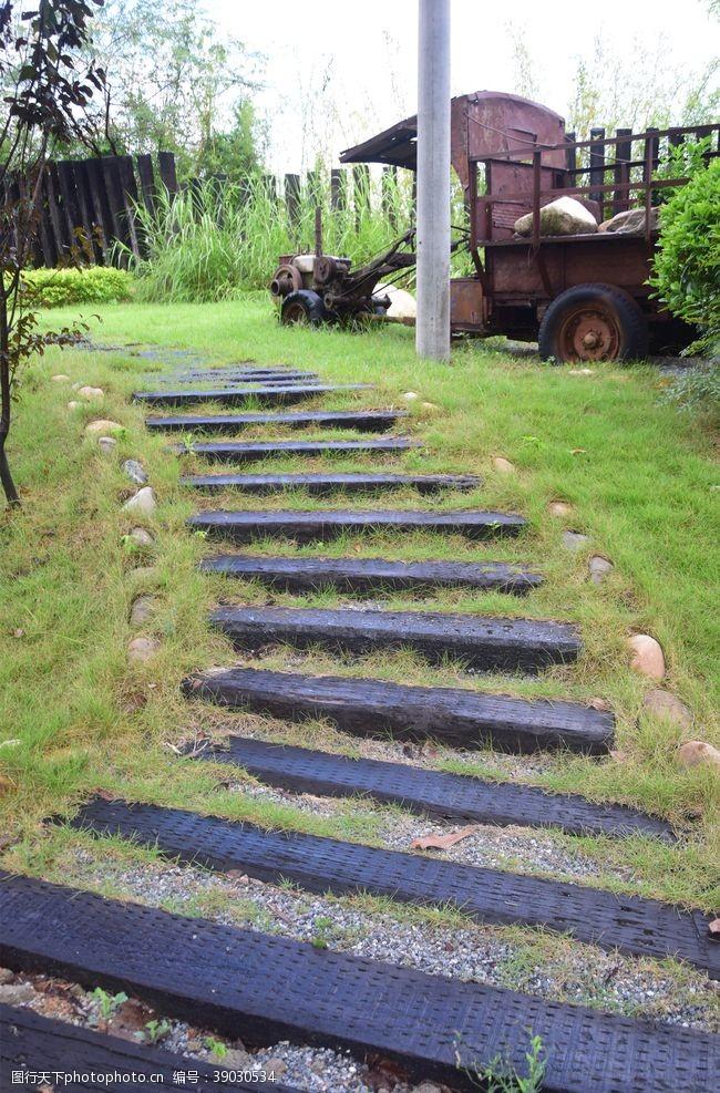 草地 石阶图片