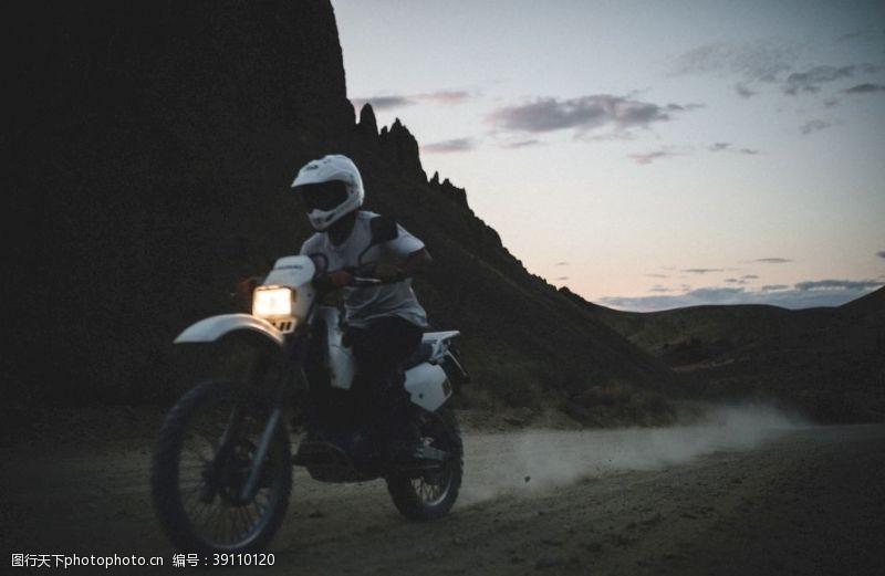旅行 骑摩托车的人图片
