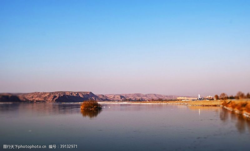 草 蓝天湖面图片