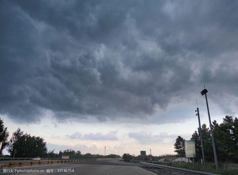 雷雨 乌云密布的公路图片